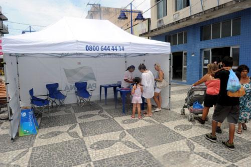 Em tendas nas praias, veranistas e moradores têm serviços de saúde